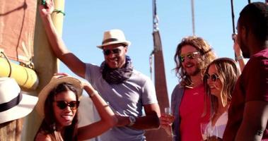 Frau auf der Yachtparty trinkt Champagner und lacht mit Freunden