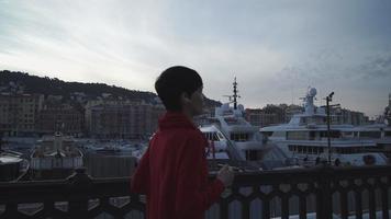 jovem correndo de manhã cedo ao longo do mar