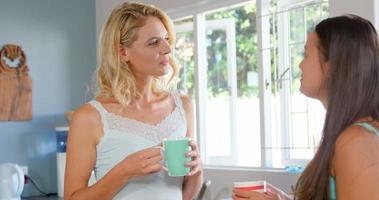 amis, prendre un café le matin dans la cuisine