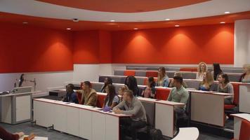 männlicher Lehrer im Hörsaal, der den Schülern präsentiert video