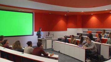 Lehrer am Rednerpult, der den Schülern im Hörsaal zuhört video