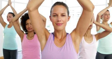 Yoga-Kurs im Fitnessstudio video