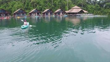 ban wang khon, surat thani, donna in canoa con capanne sullo sfondo video