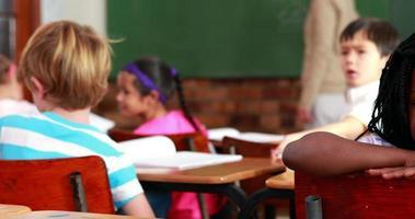 menina sorrindo para a câmera durante a aula