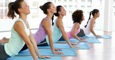 cours de yoga en studio de fitness