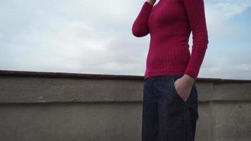 Mulher turista ligando no suporte do smartphone na plataforma de observação