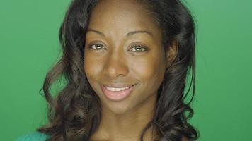 linda mulher afro-americana sorrindo, em um fundo de estúdio de tela verde