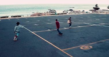 Skate afro-americano em estacionamento à beira-mar
