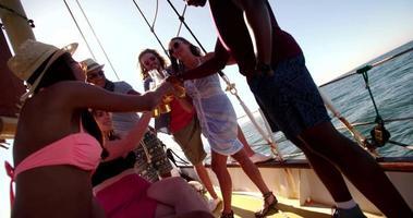 amici multietnici ridendo e sorridendo su uno yacht