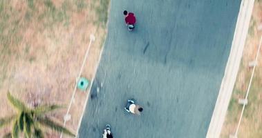afro-americano andando de skate no estacionamento