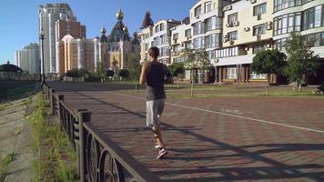 Läufertraining im Freien. auf dem hintergründigen orthodoxen Tempel