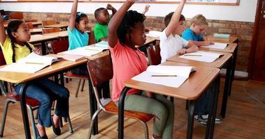 élèves levant la main pendant la classe
