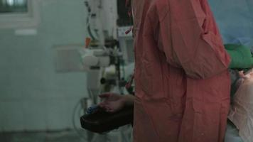 Chirurgen nähen den Bauch der Frau mit Nadel und Faden zusammen. Kaiserschnitt. Ärzte