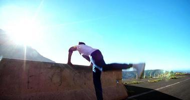 Breakdancer testet seine Fitness und Kraft, indem er an einer Wand balanciert