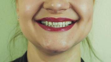 donna con pomata rossa manda un bacio d'aria nella fotocamera frontale. bocca. denti. Sorridi