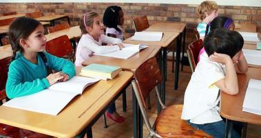 piccoli bambini che ascoltano in classe