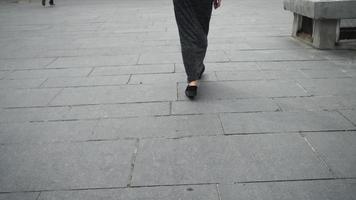donna gambe che cammina nella città urbana. scarpe casual con zeppa senza tacco video