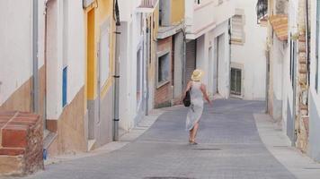 Mujer turista admirando la antigua calle del casco antiguo de España. baja por la calle estrecha. concepto - turismo en europa y españa
