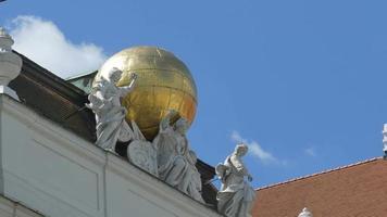 Globus und Antike Musen Statuen