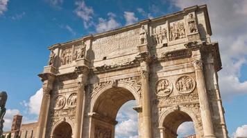 Italia giorno d'estate foro romano famoso arco di Settimio Severo davanti 4k lasso di tempo video