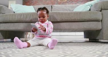 menina brincando no chão