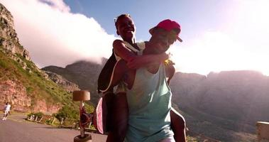 Afroamerikaner Skater Kerl huckepack seine lachende Freundin