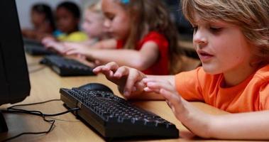 ragazzino sorridendo alla telecamera durante la lezione di computer
