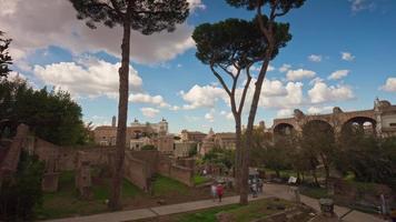 Italia giornata di sole cielo blu Roma città famoso panorama del foro romano 4K lasso di tempo