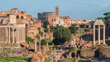 Italia giornata di sole Roma città foro romano Tempio di Saturno Colosseo panorama 4K lasso di tempo