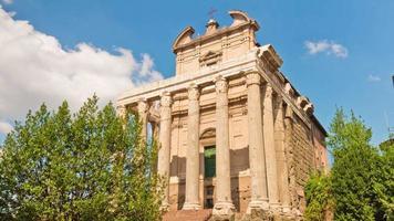 Italië zomerdag Romeinse forum tempel van antoninus en faustina panorama 4 k time-lapse video