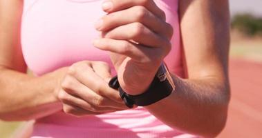 Sportlerin mit Smartwatch video