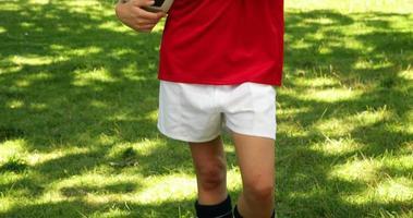 joueur de football blond souriant et donnant le pouce à la caméra