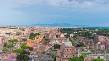 Italia atardecer altare della patria en la azotea foro romano tráfico calle panorama 4k lapso de tiempo video