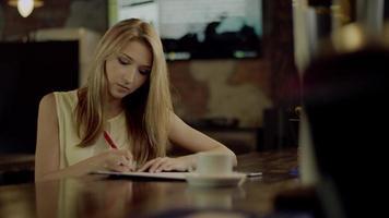 Studentin macht Hausaufgaben