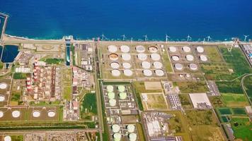 Vista aérea de la fábrica costera de Tokio en el avión. video