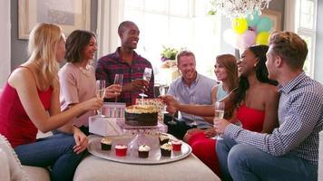 grupo de amigos celebrando un cumpleaños en casa rodada en r3d