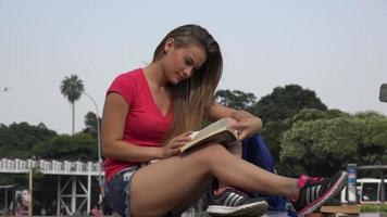 Studentin liest