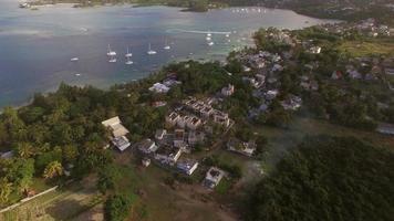 ilha maurícia e iates na baía, vista aérea video