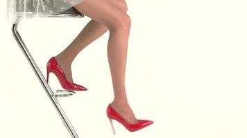 weibliche Beine in roten Schuhen.