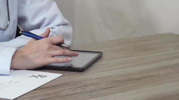 médecin avec une tablette écrit dans le blanc