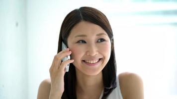 junge Frau am Telefon sprechen video