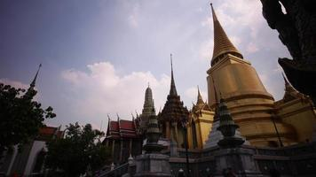 dia de sol na tailândia bangkok principal wat phra kaew templo ouro pagode 4k time lapse