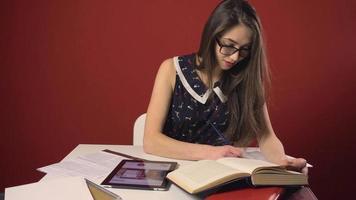 felice attraente bruna studentessa ragazza studio posto video