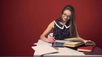 luogo di studio ragazza attraente studentessa bruna video