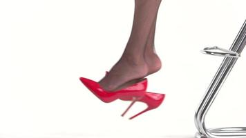 Beine und rote Absatzschuhe.