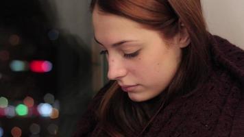 garota senta no parapeito da janela e olha para baixo video