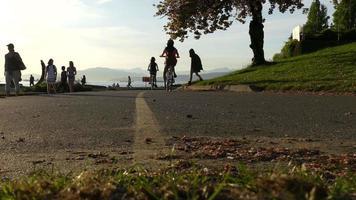 Mädchen, die Fahrrad Vancouver Ocean Shore fahren