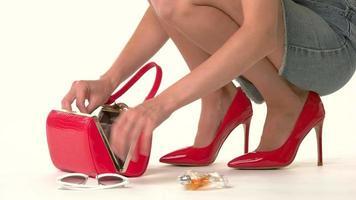 offene Handtasche und weibliche Hände.