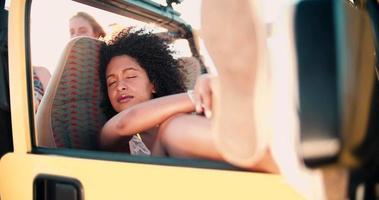 ragazza afro seria pensierosa in un veicolo