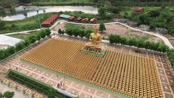 vista aérea em buddha phuttha utthayan makha bucha anusorn, tailândia video